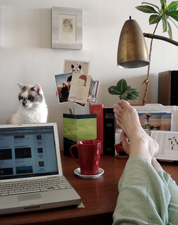 Feet_on_desk_2